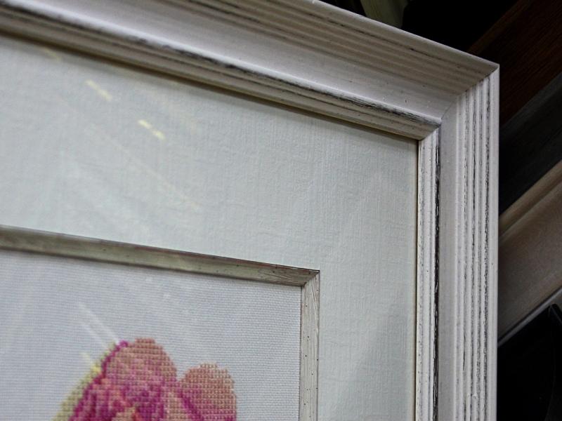 Вышивка с лилиями в белом деревянном багете