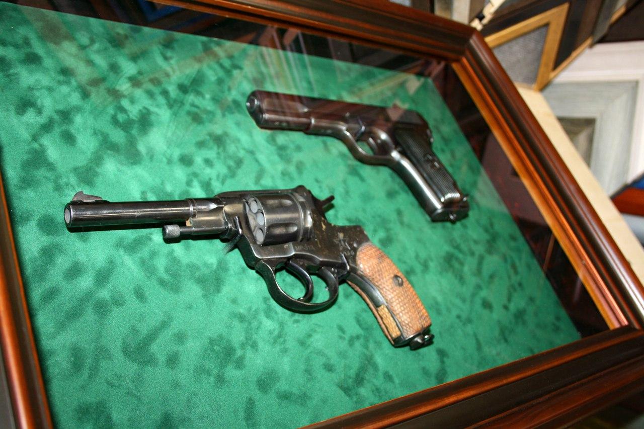 Багетная коробочка (витрина) из дерева с револьвером с бархатным паспарту и музейным безбликовым стеклом. Крышка закрывается на замочек.