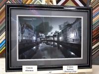 Сравнение обычного багетного стекла и музейного безбликового стекла на черно-белой фотографии с паспарту в деревянной раме с двойным паспарту
