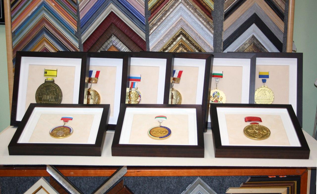 коробочки для медалей из деревянного багета с паспарту безбликовым музейным стеклом