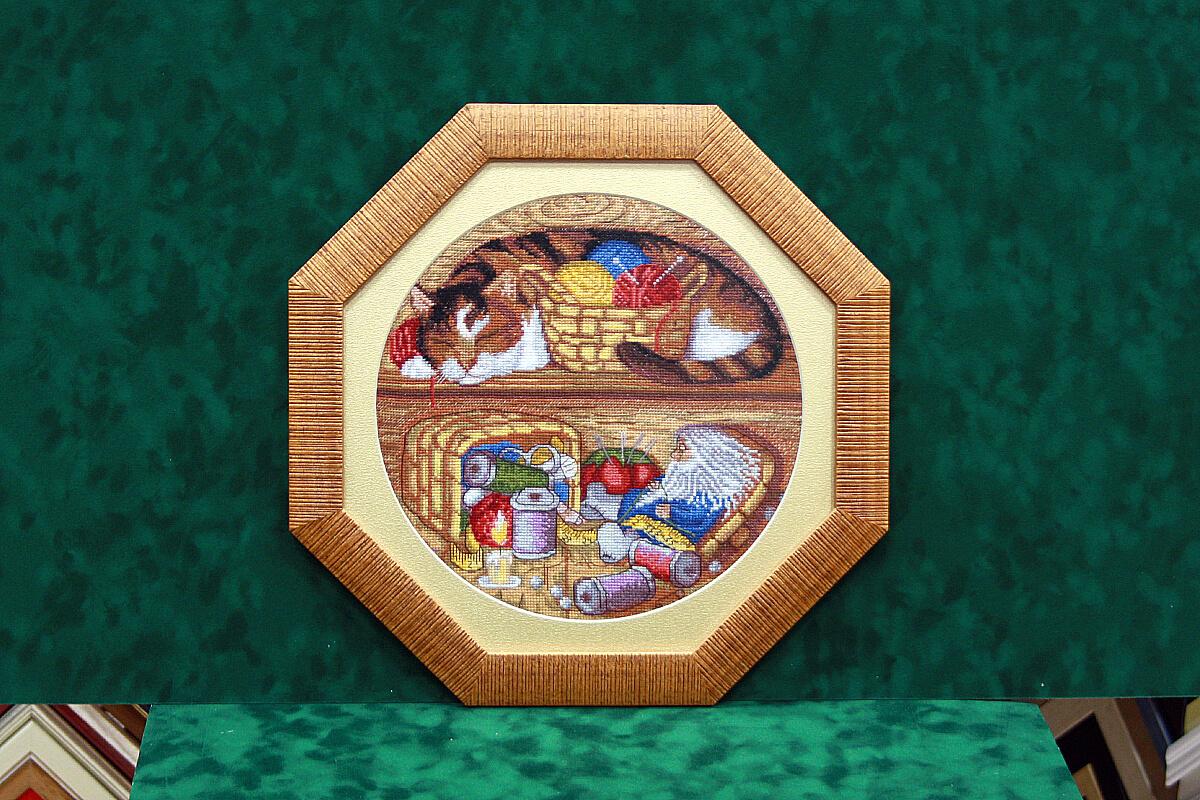 вышивка в восьмиугольной деревянной рамке с паспарту