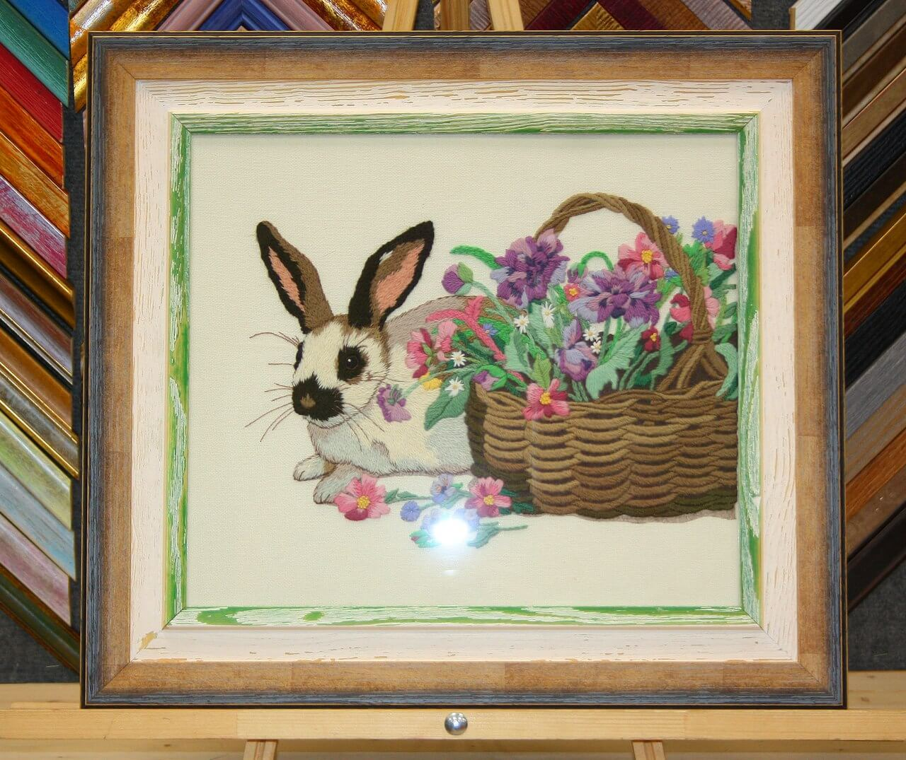 Вышивка Кролик гладью с деревянным паспарту в рамке из деревянного багета