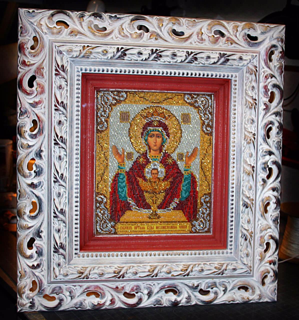 Багетная мастерсакая икона бисером в деревянном резном багете с безбликовым стеклом